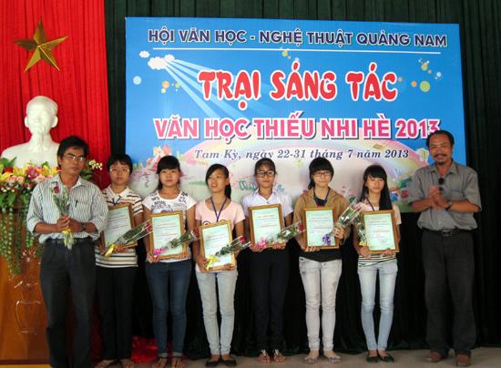 Phát hiện, bồi dưỡng các tác giả trẻ luôn được các thế hệ văn nghệ sĩ đi trước ở Quảng Nam quan tâm. TRONG ẢNH: Khen thưởng các tác giả 9X, 10X có tác phẩm tốt tại Trại sáng tác Văn học thiếu nhi tỉnh Quảng Nam.