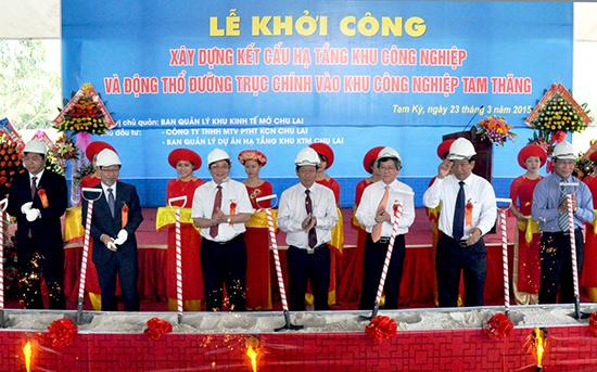 Lãnh đạo Trung ương và tỉnh Quảng Nam động thổ khởi công công trình hạ tầng Khu công nghiệp Tam Thăng. Ảnh: X.NGHĨA