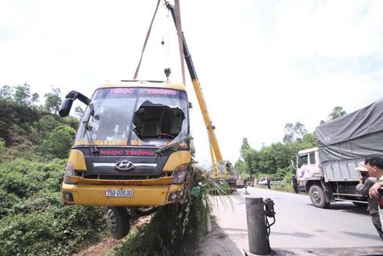 Xe khách bị tai nạn được lực lượng chức năng cẩu từ dưới vực lên. Ảnh: A.ĐÔNG
