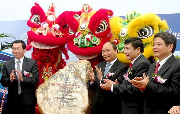 Phó Thủ tướng Chính phủ Nguyễn Xuân Phúc và các đồng chí lãnh đạo tỉnh gắn biển công trình.