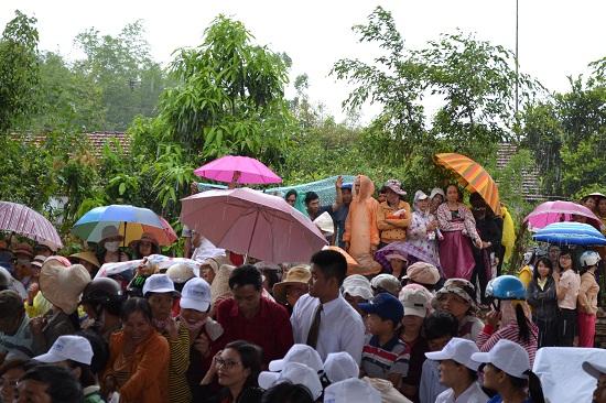 Đông đảo người dân địa phương đội mưa chứng kiến lễ khởi công.