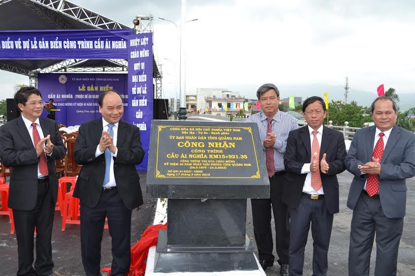 Lãnh đạo Trung ương, tỉnh và huyện Đại Lộc thực hiện nghi thức gắn biển công nhận cầu Ái Nghĩa.