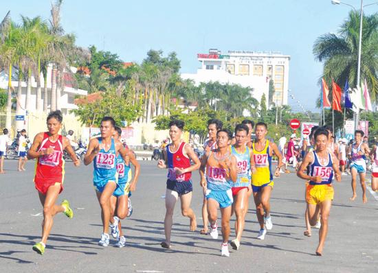Nhiều vận động viên đội tuyển các tỉnh, đội tuyển quốc gia tham gia giải Việt dã truyền thống Báo Quảng Nam.