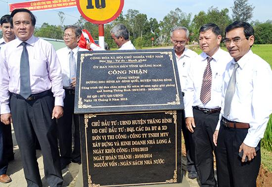 Lãnh đạo huyện tại buổi lễ gắn biển công trình tuyến ĐH4 (Bình An - Bình Quế) nhân kỷ niệm 40 năm giải phóng quê hương. Ảnh: Q.VIỆT