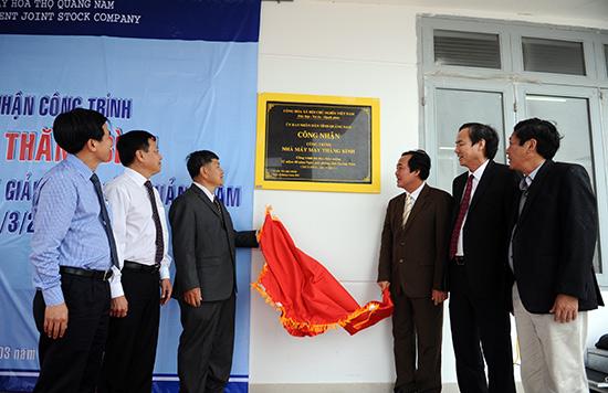 Lãnh đạo tỉnh và huyện Thăng Bình gắn biển công nhận công trình kỷ niệm 40 năm giải phóng quê hương tại Nhà máy May Thăng Bình. Ảnh: MINH HẢI