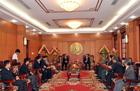 The warm meeting between leaders of Quang Nam province and Attapeu province's delegation.