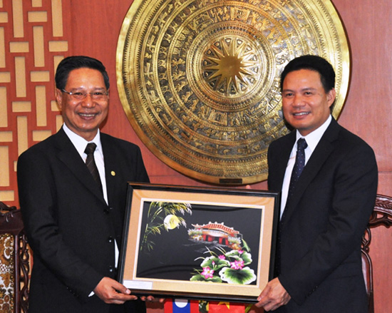 Mr Le Van Thanh, Vice chairman of the Quang Nam provincial People's Committee, presented a souvenir to Attapeu province's Governor Nam Vi na Ket.