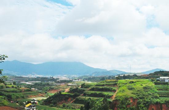 Từ thành phố Đà Lạt nhìn về đỉnh núi Langbiang.