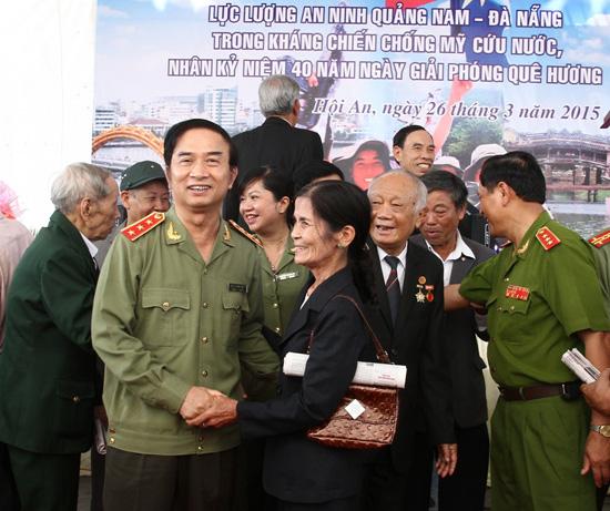 Thượng tướng Đặng Văn Hiếu - Thứ trưởng Bộ Công an thăm hỏi cựu nữ chiến sĩ an ninh Quảng Đà.