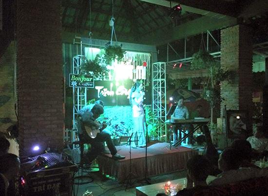 """Đêm nhạc """"Ướt mi"""" ở cà phê Bonjour. Ảnh: Trần Ngọc Sơn."""