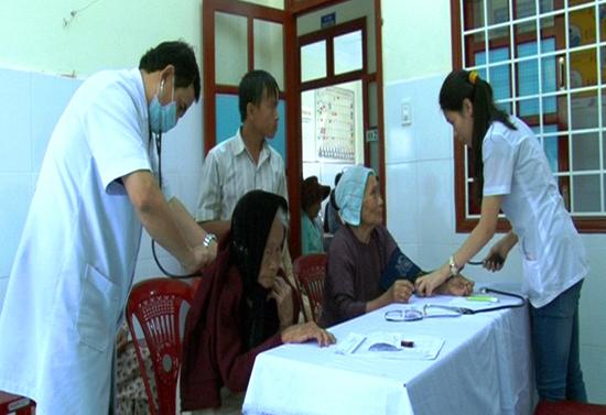 Bác sĩ Bệnh viện Quân y 175 khám chữa bệnh cho người dân xã Bình Dương. Ảnh: TUẤN ANH