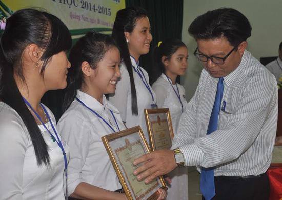 Giám đốc Sở GD-ĐT Hà Thanh Quốc trao giải cho các thí sinh đạt giải nhất.