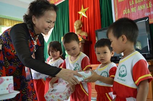 Trao học bổng cho các em học sinh