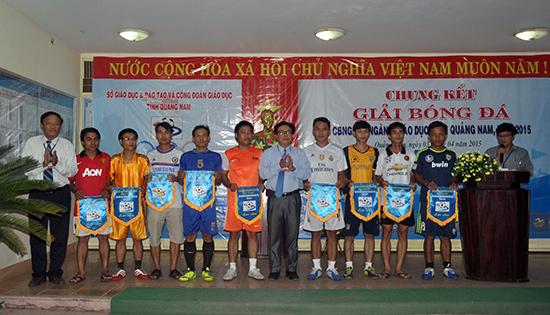 Trao cờ lưu niệm cho các đội bóng dự vòng chung kết