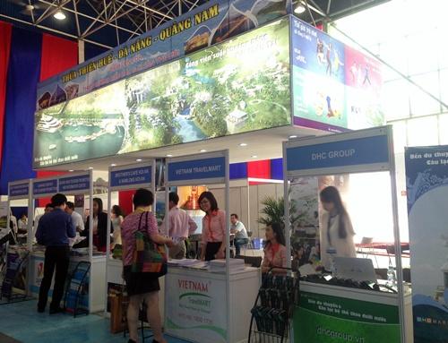 Du khách tham quan gian hàng du lịch của 3 địa phương tại Hội chợ VITM Hanoi