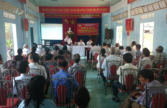 Buổi tiếp xúc, đối thoại giữa nhân dân với Bí thư Đảng ủy và Chủ tịch UBND phường Hòa Hương năm 2015. Ảnh: MINH SƠN
