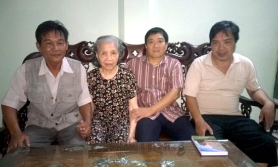 Từ trái qua: Tạ Văn Sỹ, bà Nguyễn Thị Xoa (vợ Ngọc Anh), Nguyễn Hà Bắc và Nguyễn Hồng Hải (2 con trai Ngọc Anh) - Hà Nội, tháng 12-2014.