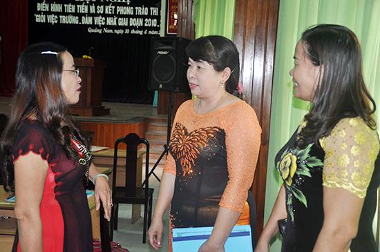 Các nhà giáo chia sẻ kinh nghiệm tại hội nghị.