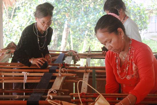 HTX có vai trò rất quan trọng trong việc duy trì và phát triển làng nghề. TRONG ẢNH: Dệt thổ cẩm Zơ Ra là một trong những làng nghề hoạt động theo mô hình HTX. Ảnh: N.D