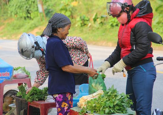Du khách tìm mua các mặt hàng nông sản của người dân trên tuyến đường Hồ Chí Minh. Ảnh: ALĂNG NGƯỚC