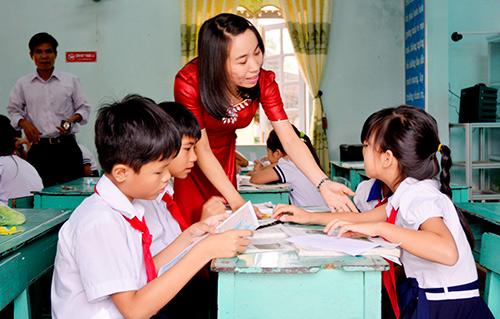 Học sinh Trường Tiểu học Nguyễn Đức Thiệu thảo luận nhóm tại buổi sinh hoạt chuyên đề với sự hướng dẫn của giáo viên.  Ảnh: XUÂN KHÁNH