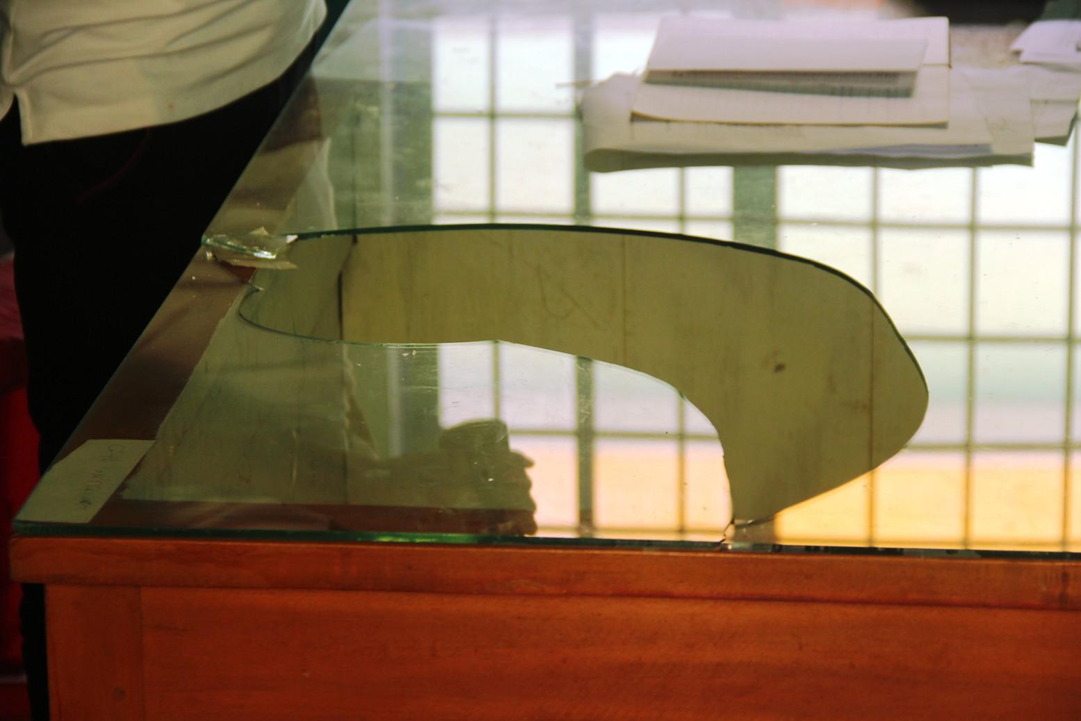 Tấm kính trên bàn làm việc tại trụ sở UBND xã Tam Xuân 2 bị vỡ gây ra vết thương cho ông Thạch