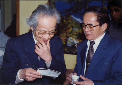 Đại tá Khương Thế Hưng (bên phải) và cha - nhà thơ Khương Hữu Dụng. (Ảnh do gia đình cung cấp)