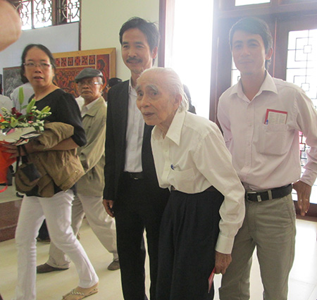 Nhân kỷ niệm 40 năm giải phóng quê hương, nhạc sĩ Phan Huỳnh Điểu dự lễ khánh thành Bảo tàng tỉnh và  xem triển lãm Mỹ thuật tỉnh Quảng Nam lần thứ 2-2015. Ảnh: TRÍ HIỂN