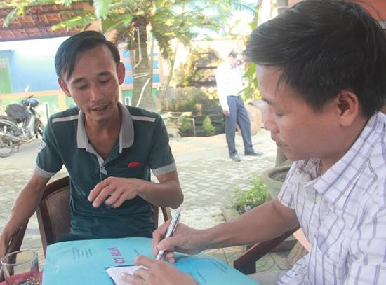 Kiểm lâm viên Ngô Xuân Linh (trái) kể lại việc bị hành hung.
