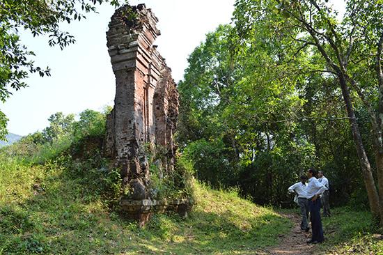 Với sự hỗ trợ cả về nhân lực và nguồn lực từ Chính phủ Ấn Độ, có thể tin tưởng về một tương lai tốt hơn cho các tháp chỉ còn là phế tích ở Mỹ Sơn. Ảnh: V.LỘC