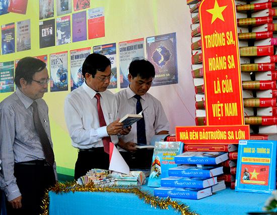 Đại biểu tham quan các gian hàng trưng bày sách.Ảnh: Xuân Khánh