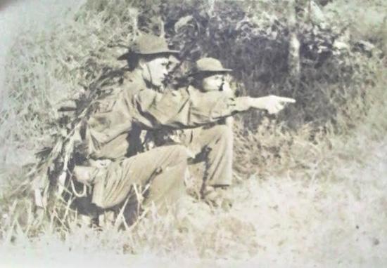 Tiểu đoàn trưởng Tiểu đoàn 70 Nguyễn Thế Nhí chỉ huy đánh vào khu dồn Đại Trị, xã Bình Phú năm 1972. Ảnh tư liệu gia đình.