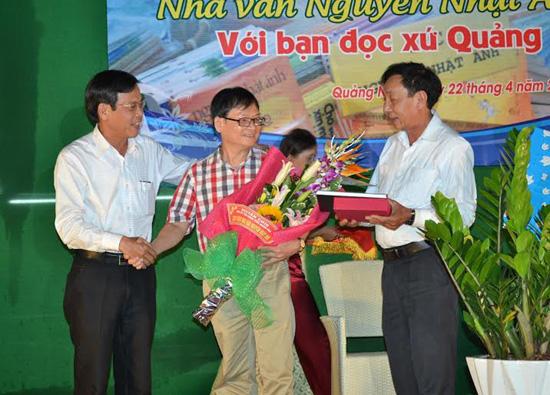 Nhà văn Nguyễn Nhật Ánh nhận hoa và quà từ Phó Chủ tịch UBND tỉnh Nguyễn Chín cùng Hội VHNT.