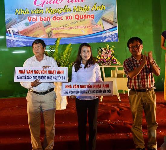 Nhà văn Nguyễn Nhật Ánh tặng 2 tủ sách cho hai trường THCS và tiểu học tại TP.Tam Kỳ.