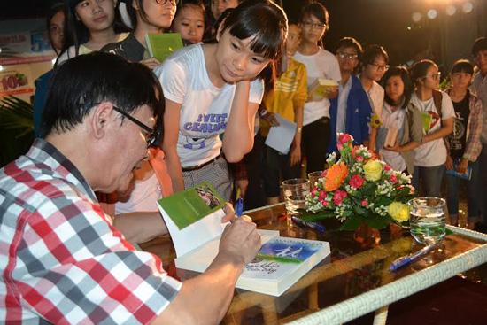 Rất đông các bạn nhỏ xếp hàng đợi nhà văn ký tặng sách.