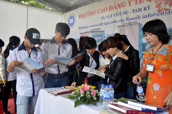 Hội sách tại Thư viện tỉnh thu hút các bạn học sinh, sinh viên tham gia.