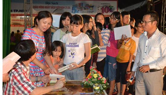 Xếp hàng đợi nhà văn Nguyễn Nhật Ánh ký tặng sách.