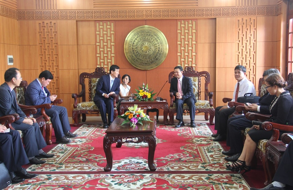 Mr. Le Van Thanh talks with Mr Im Chang-ho.