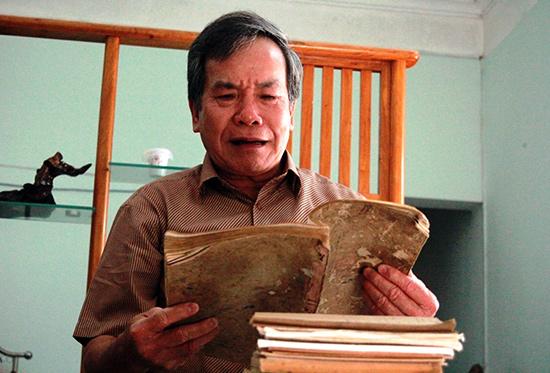 Ông Nguyễn Tường Vân và những chồng tư liệu quý sưu tầm được để phục vụ việc viết sách.