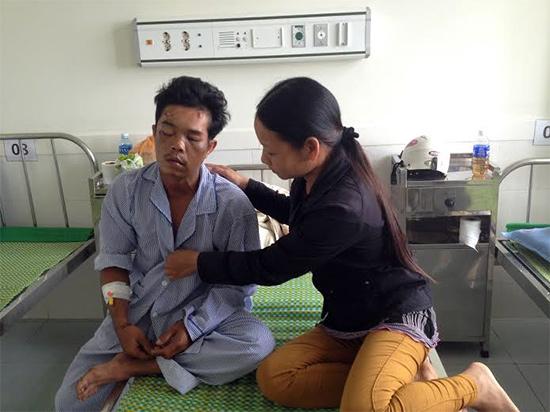 Bà Trần Thị Kim Dương phải gởi con cho ngoại để chăm sóc chồng tại bệnh viện