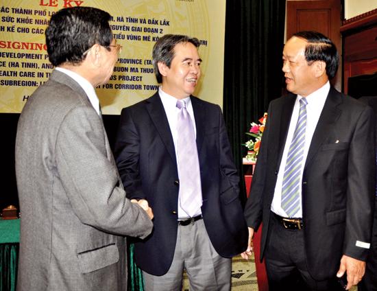 Chủ tịch UBND tỉnh Đinh Văn Thu tại buổi lễ ký kết với Ngân hàng Phát triển châu Á về hỗ trợ tài chính phát triển hạ tầng TP.Tam Kỳ.Ảnh: MINH ĐỨC