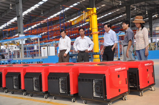 Đoàn công tác của tỉnh tham quan nhà máy sản xuất, lắp ráp máy phát điện tại khu công nghiệp Bắc Chu Lai. Ảnh: HỮU PHÚC