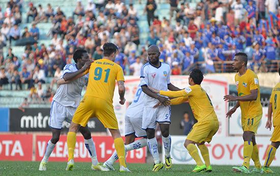 Quyết tâm giành chiến thắng của QNK Quảng Nam là rất lớn khi trung vệ Hoàng Vissai (số 5) liên tục có mặt trong vòng cấm của Thanh Hóa.