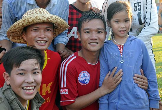 Đinh Thanh Trung trong vòng vây của người hâm mộ sau khi đội QNK Quảng Nam giành quyền thăng hạng ở mùa giải 2013.Ảnh: AN NHI