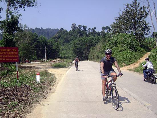 Du khách đạp xe trên đường Trường Sơn lịch sử.Ảnh: KHÁNH LINH