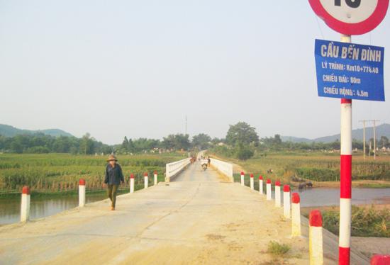 Cầu Bến Đình được xây dựng nối đôi bờ khe Sé.  Ảnh: VĂN HÀO