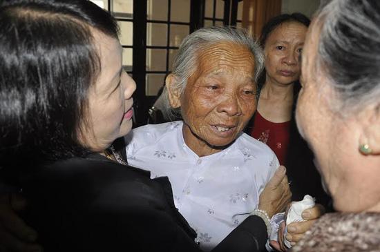 Giây phút xúc động, hạnh phúc sau bao nhiêu năm gặp lại của các mẹ, các chị - những phụ nữ Quảng Nam thời kháng chiến. Ảnh: VINH ANH