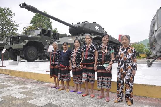 Phụ nữ kháng chiến miền núi Tây Giang chụp ảnh lưu niệm tại Nhà truyền thống Lực lượng vũ trang tỉnh. Ảnh: VINH ANH