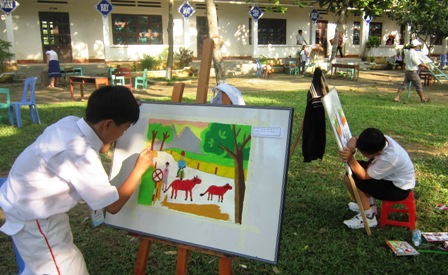 Hội thi vẽ tranh được các em nhỏ yêu thích. Hoàng Liên