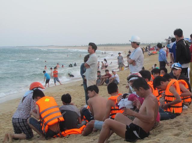 1. Người dân theo dõi việc tìm kiếm thi thể em Nguyễn Trần Thiên Ý tại biển Rạn.